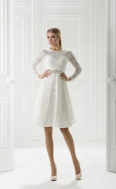 Короткое белое платье с рукавом