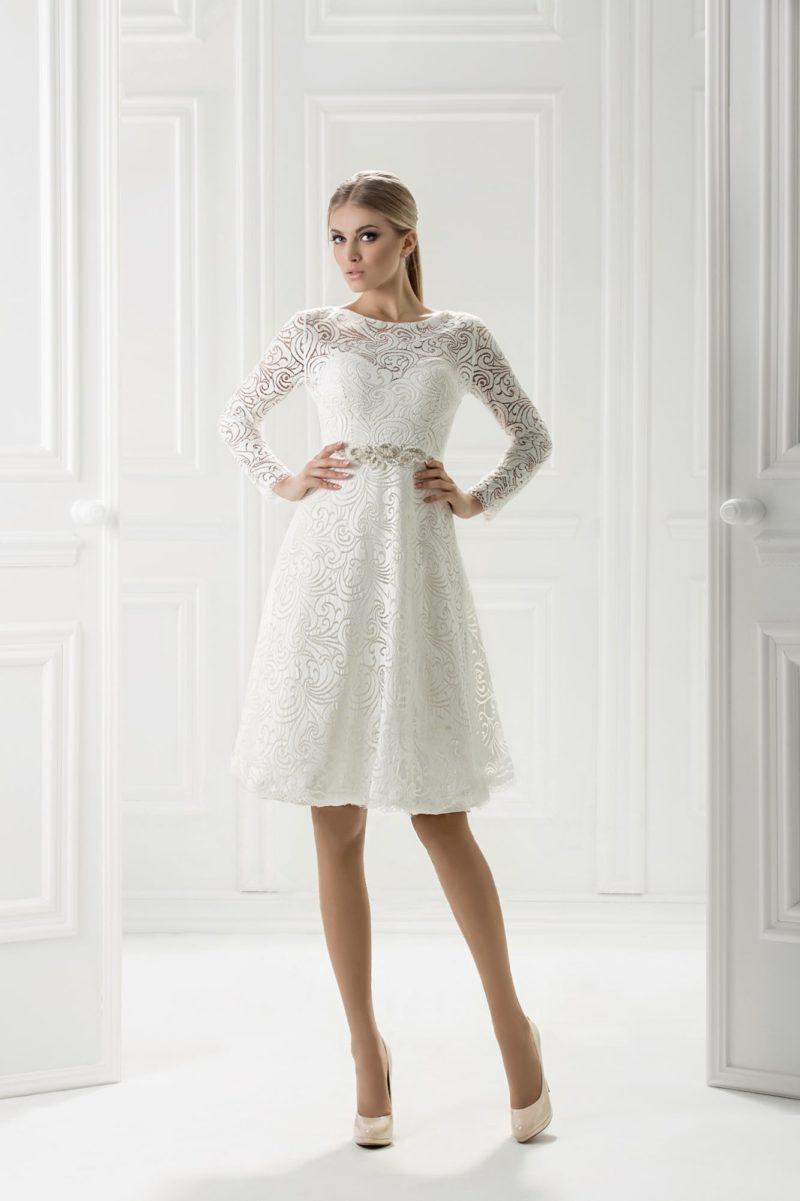 Кружевное вечернее платье белого цвета с длинным облегающим рукавом.