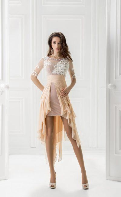 Короткое вечернее платье с кремовыми оборками по юбке и белым лифом.