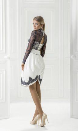 Белое вечернее платье из атласной ткани, украшенное тонким черным кружевом.