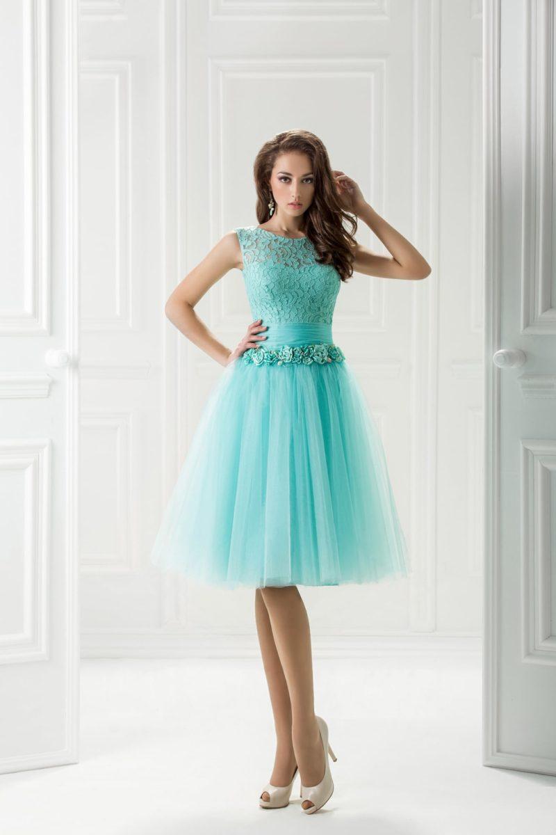 Голубое вечернее платье с пышной юбкой до колена и бутонами на талии.