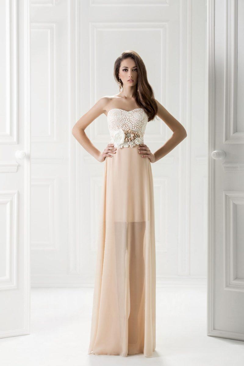 Вечернее платье с кружевным корсетом и полупрозрачной юбкой персикового цвета.