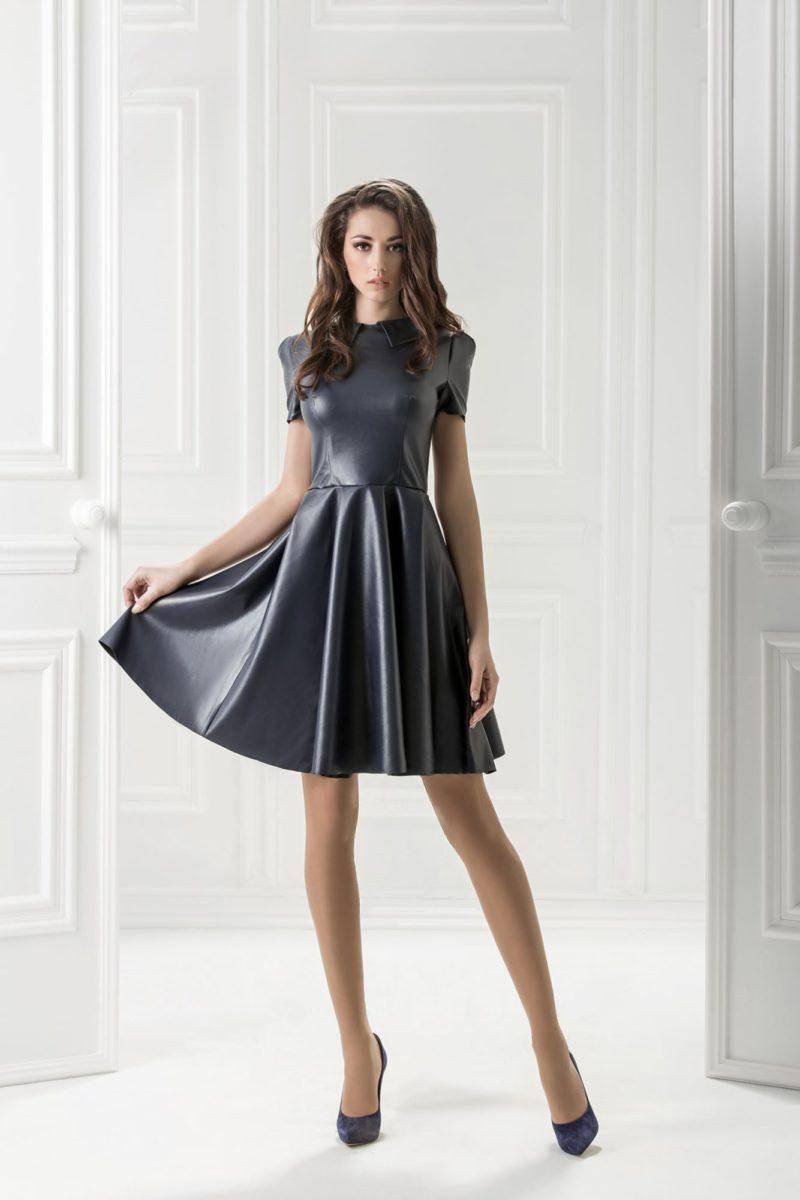 Фактурное вечернее платье черного цвета с коротким рукавом и острым воротником.