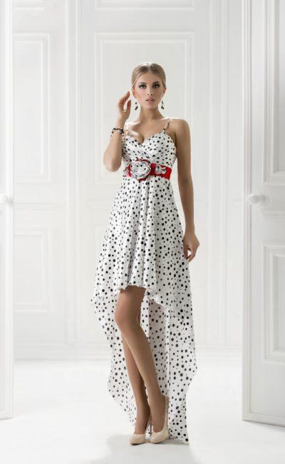 Белое вечернее платье в черный горошек, дополненное алым поясом.