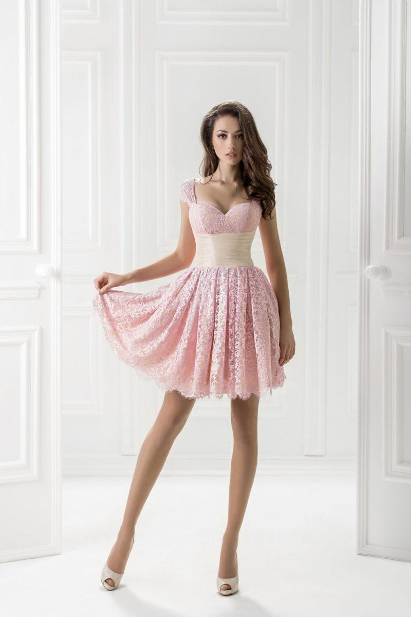 Короткое вечернее платье из розового кружева, с широким белым поясом.