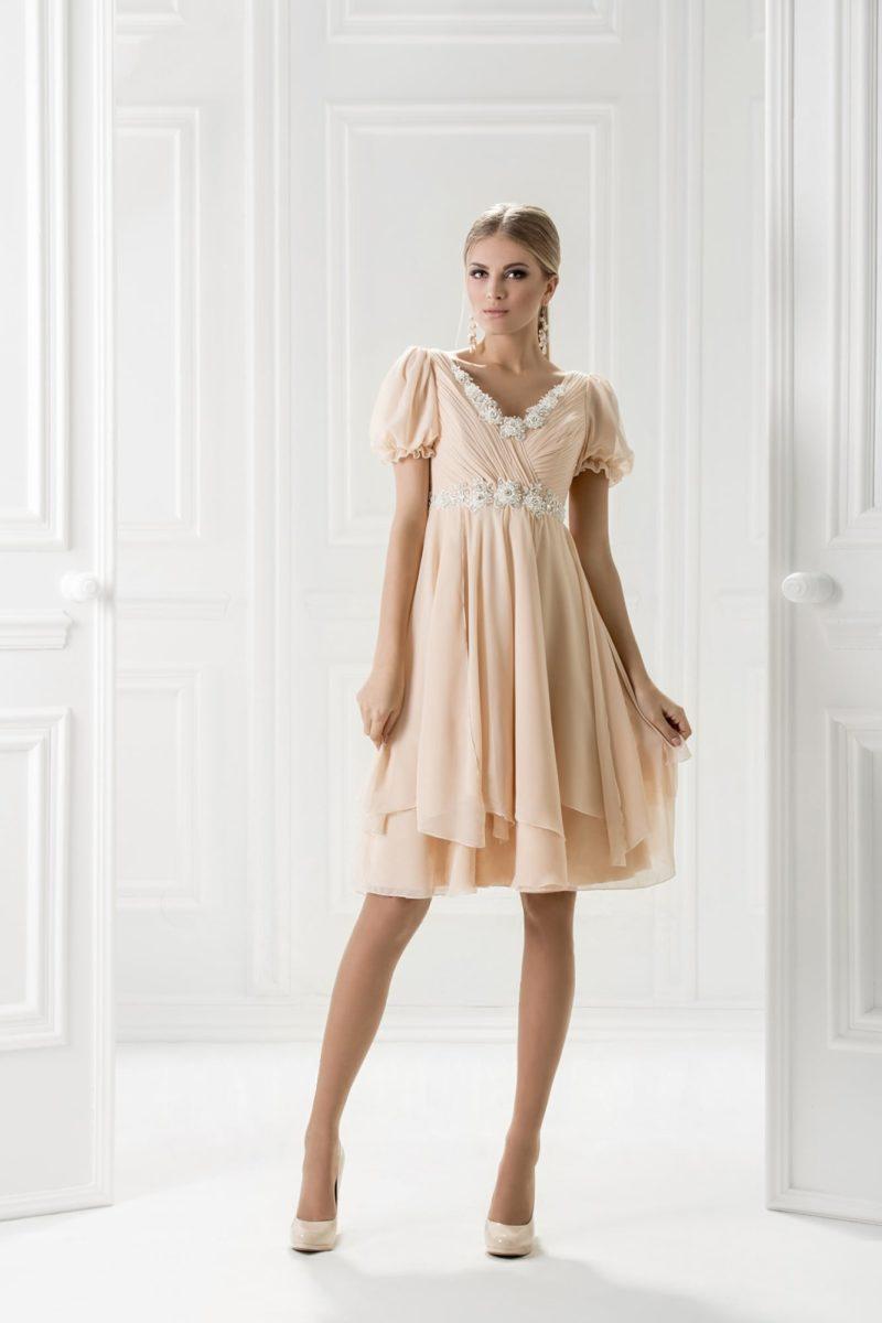 Короткое вечернее платье бежевого цвета с рукавом-фонариком и завышенной талией.