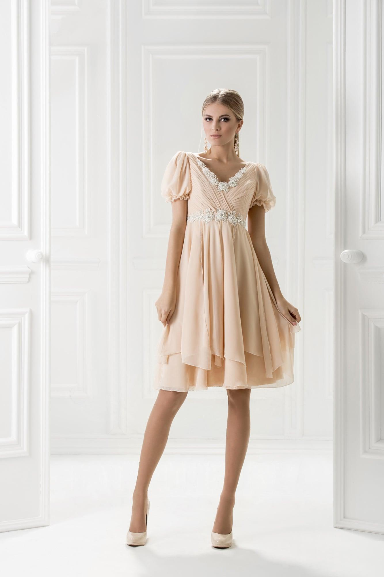d6b63464861 Короткое вечернее платье бежевого цвета с рукавом-фонариком и завышенной  талией.