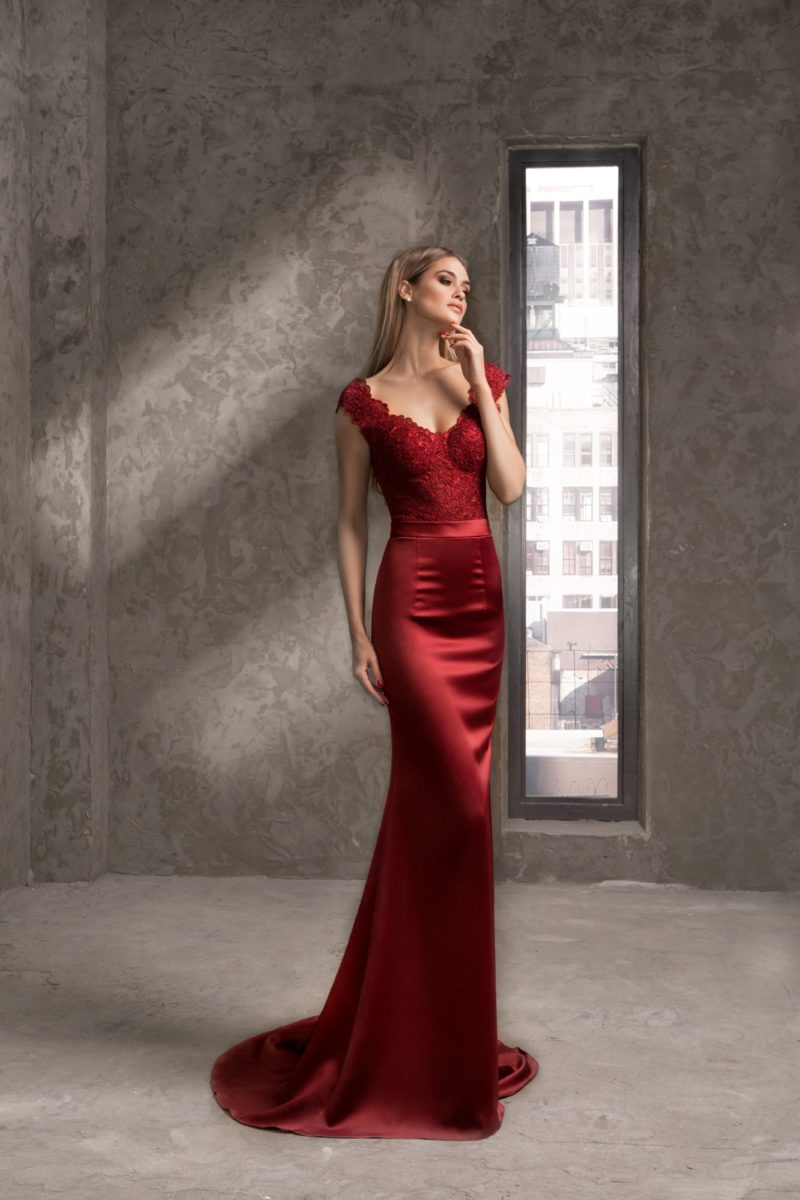 Алое вечернее платье с атласной юбкой и кружевным верхом с эффектным вырезом.