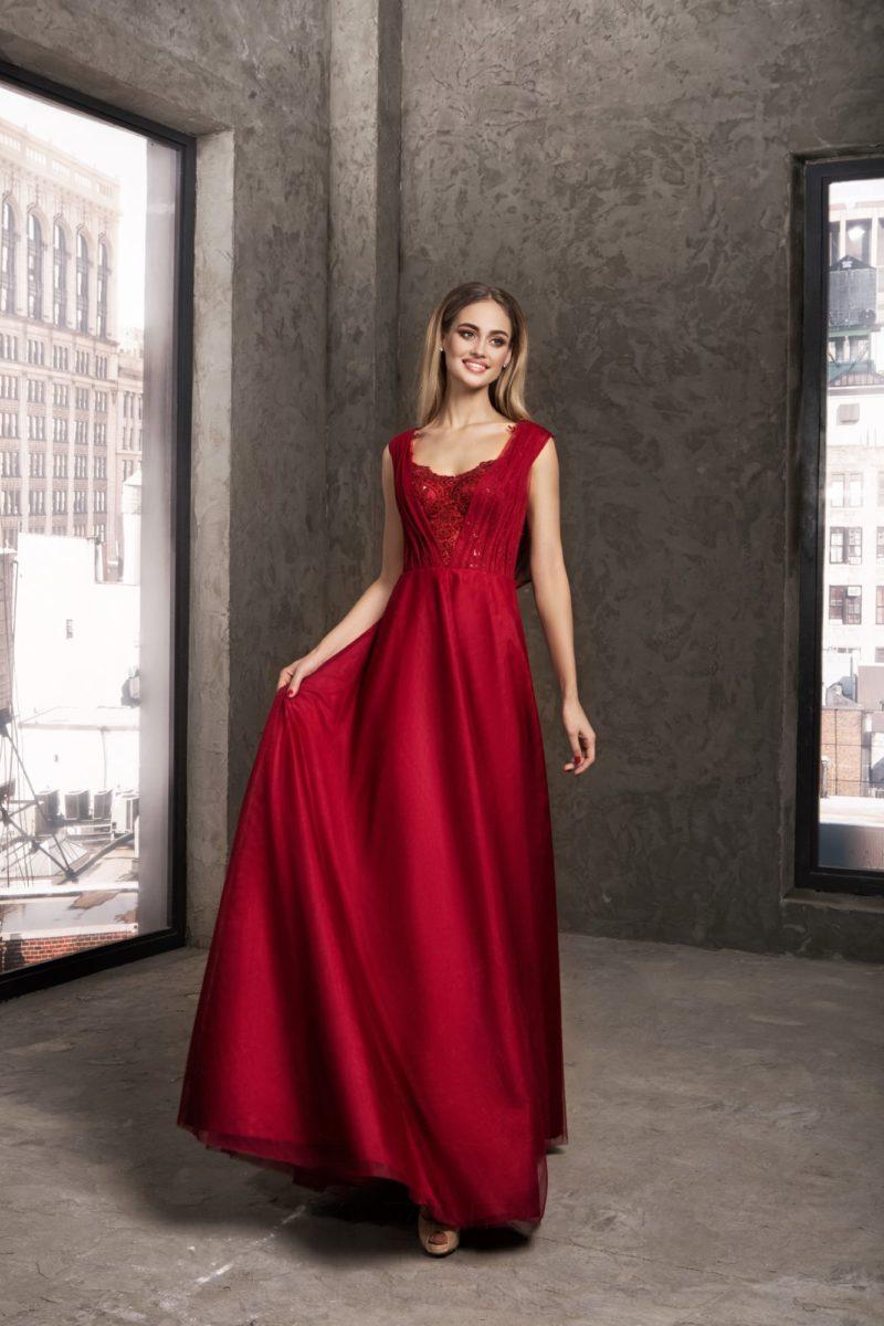 Прямое вечернее платье красного цвета с широкими бретелями на лифе и драпировками.