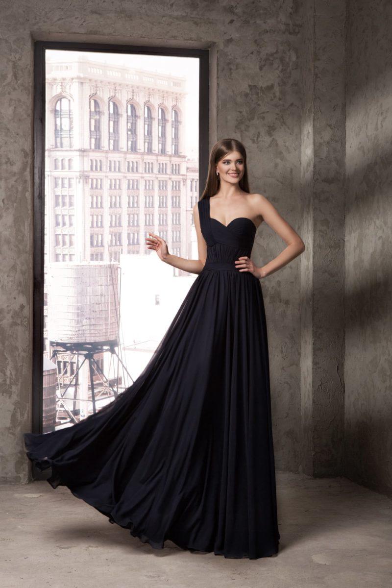 Черное прямое вечернее платье с асимметричным лифом и отделкой драпировками.