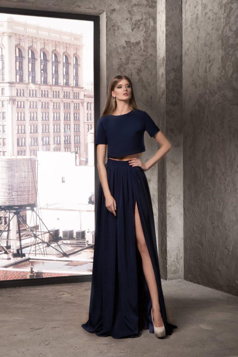 Темно-синее вечернее платье с коротким топом и прямой юбкой с разрезом.