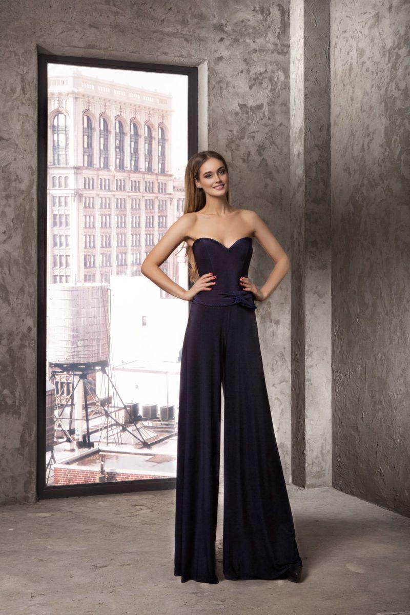 Стильный вечерний образ темно-синего цвета с брюками и атласным корсетом.