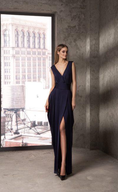 Вечернее платье с глубоким V-образным декольте и стильным разрезом на юбке.