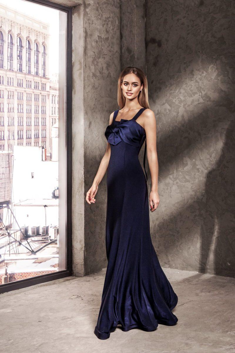 Темно-синее вечернее платье с длинной прямой юбкой и атласным декором лифа.