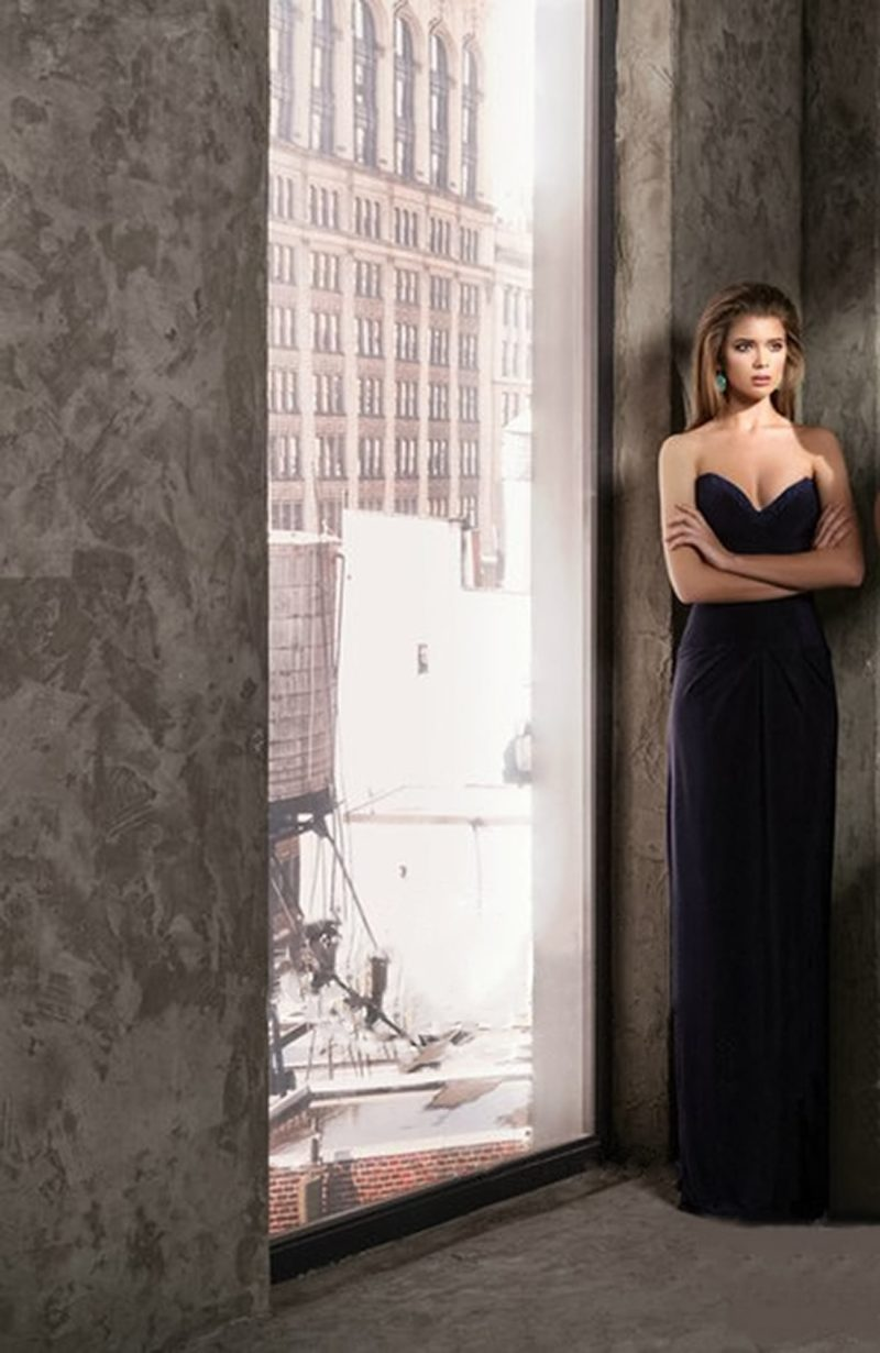 Утонченное темно-синее вечернее платье с лифом в форме сердца и прямой юбкой.