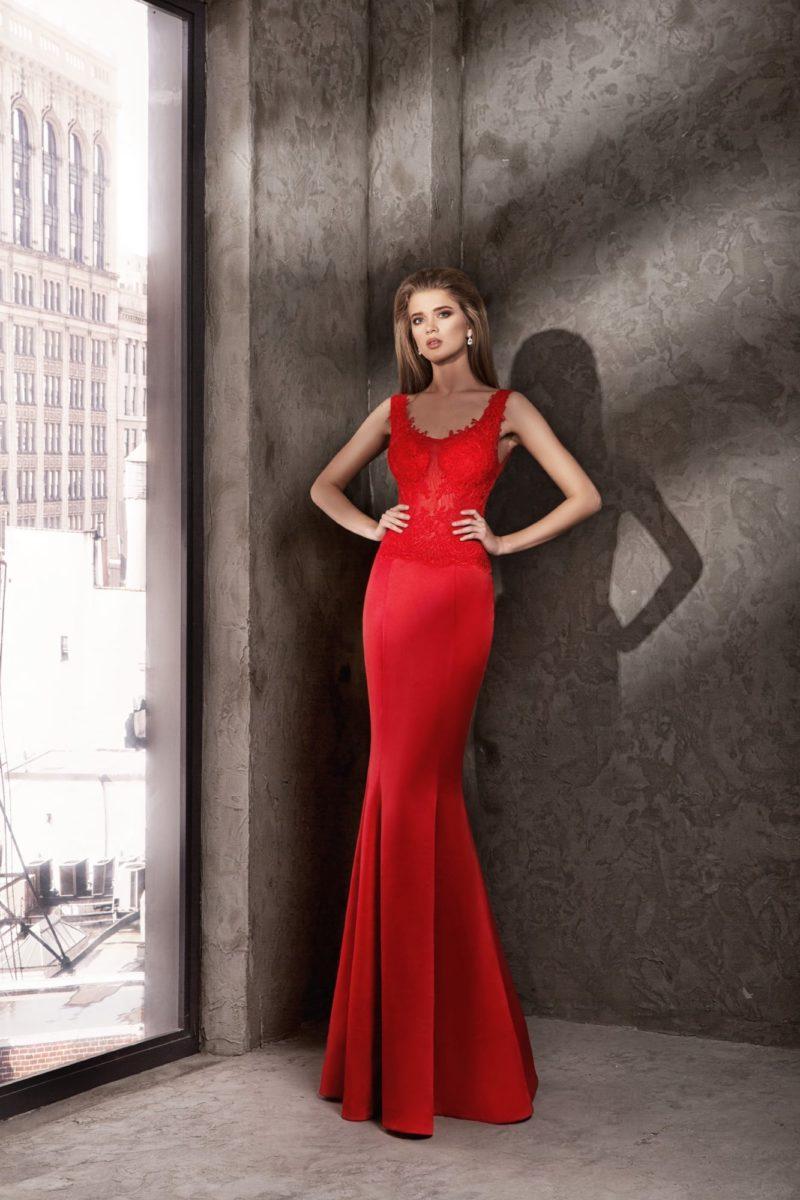 Атласное вечернее платье красного цвета с корсетом, декорированным кружевом.