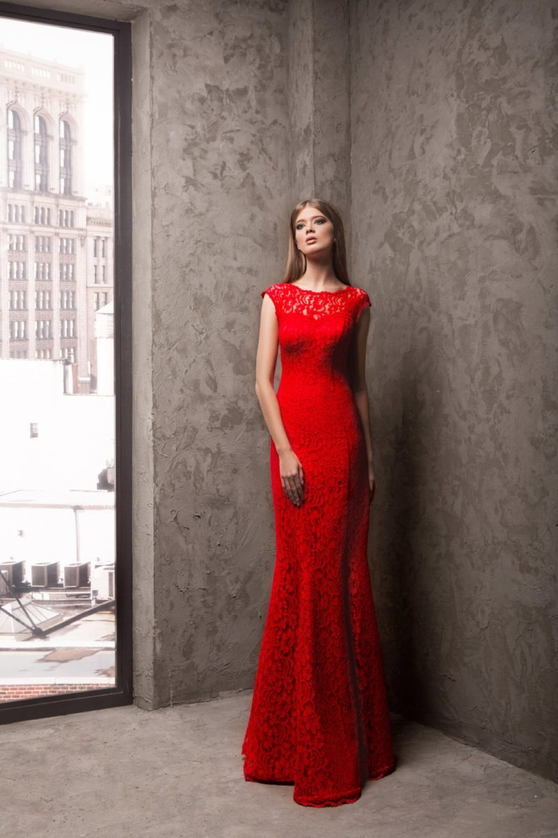 Кружевное вечернее платье насыщенного красного цвета, облегающее фигуру.