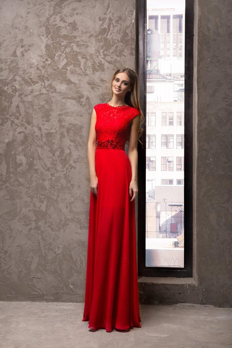 Женственное вечернее платье красного цвета с закрытым кружевным лифом.