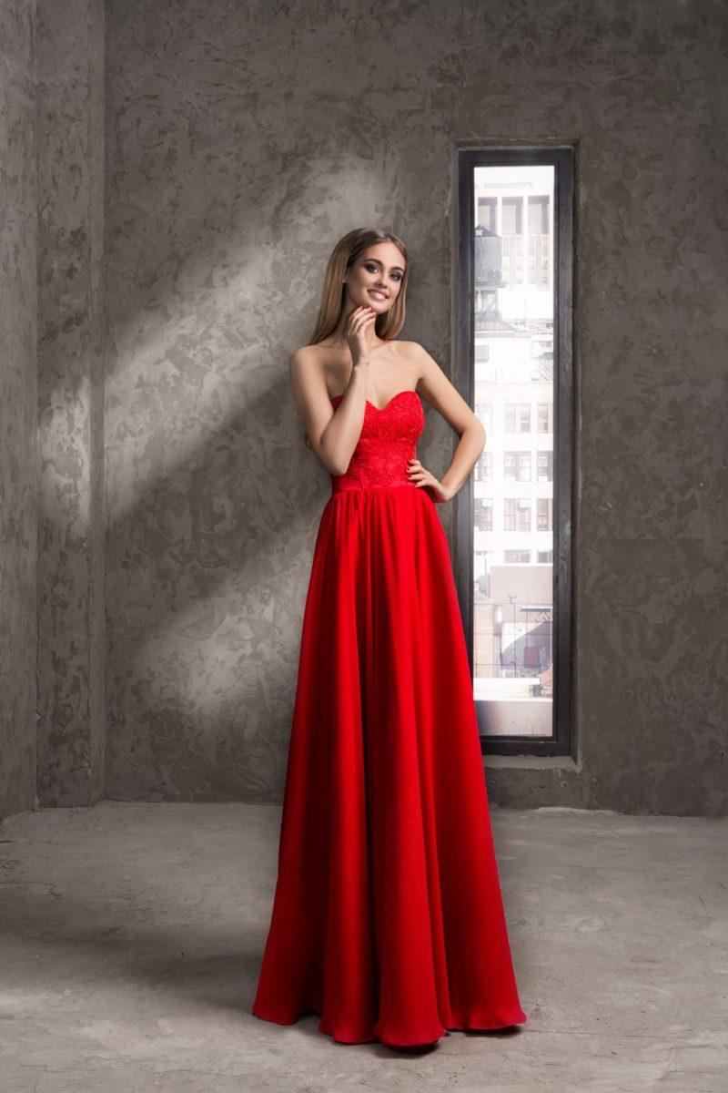 Стильное вечернее платье чувственного красного цвета с лаконичной длинной юбкой.