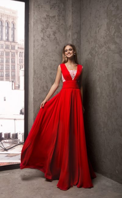 Красное вечернее платье с широким поясом и белым кружевом на корсете.