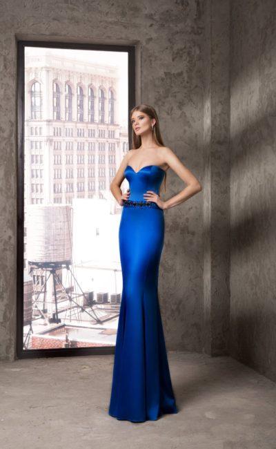 Сияющее вечернее платье синего цвета с лифом в форме сердца и вышивкой на талии.