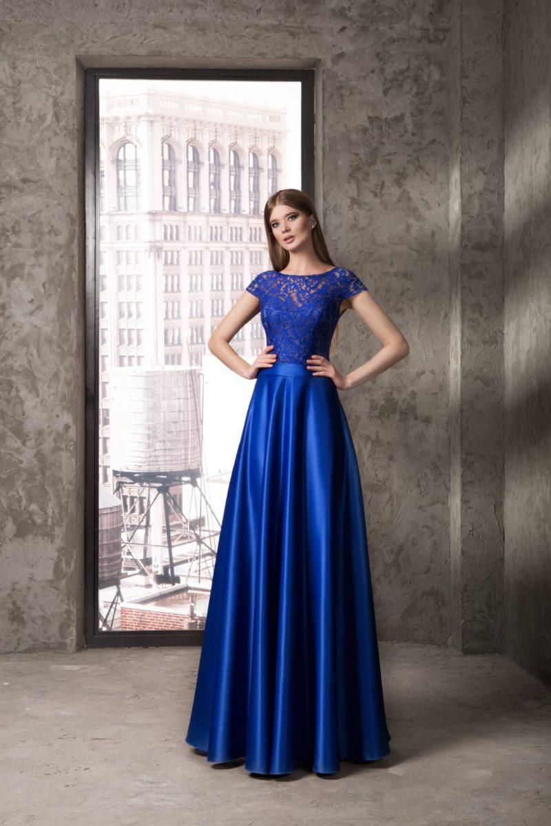Синее вечернее платье с пышной атласной юбкой и коротким ажурным рукавом.
