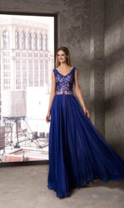 Прямое вечернее платье синего цвета с розовой подкладкой на лифе.