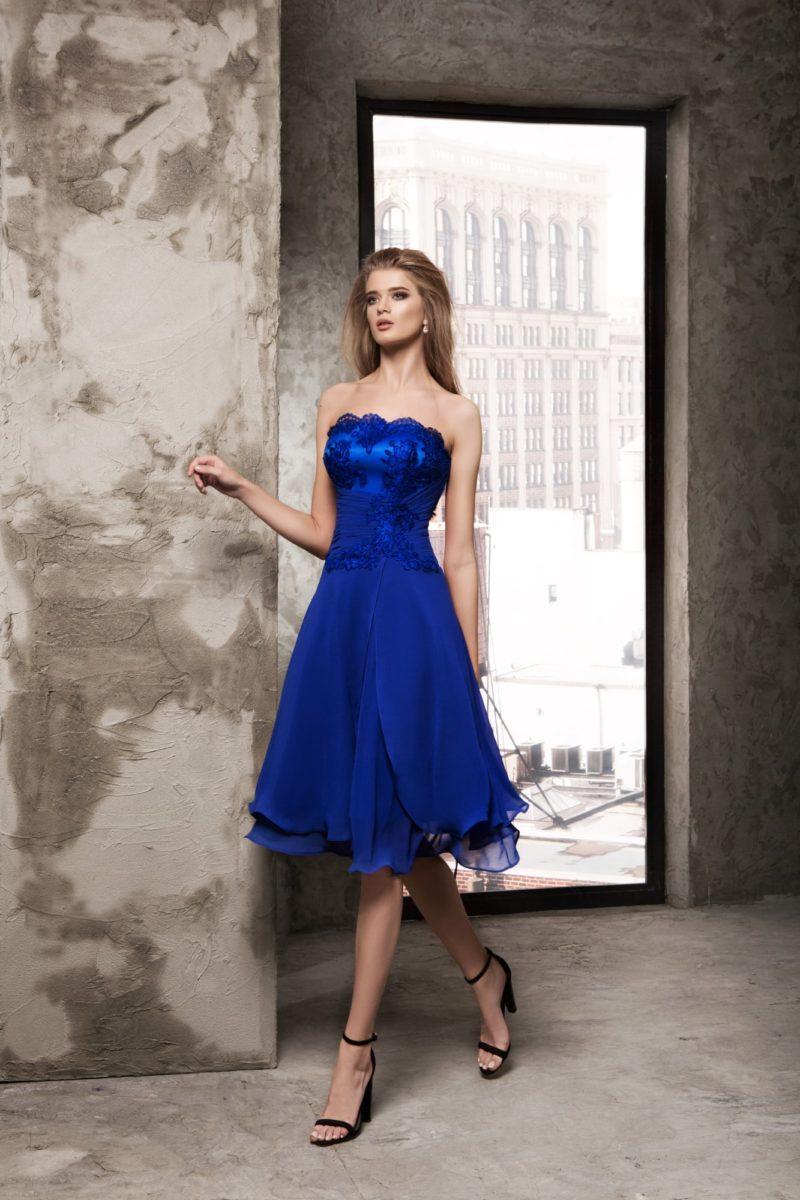 Короткое вечернее платье синего цвета с кружевным корсетом и шифоновой юбкой.