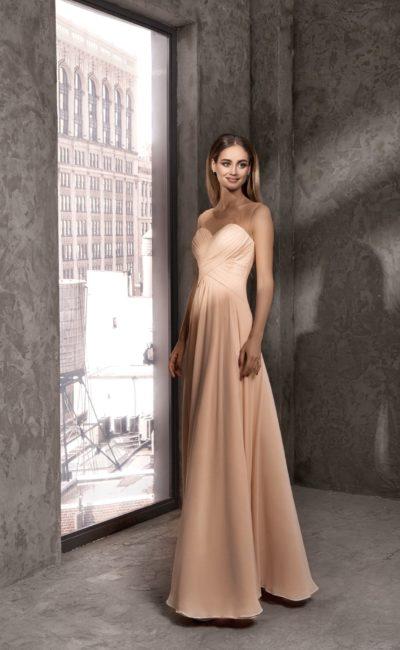 Бежевое вечернее платье с прозрачной вставкой над лифом и драпировками.