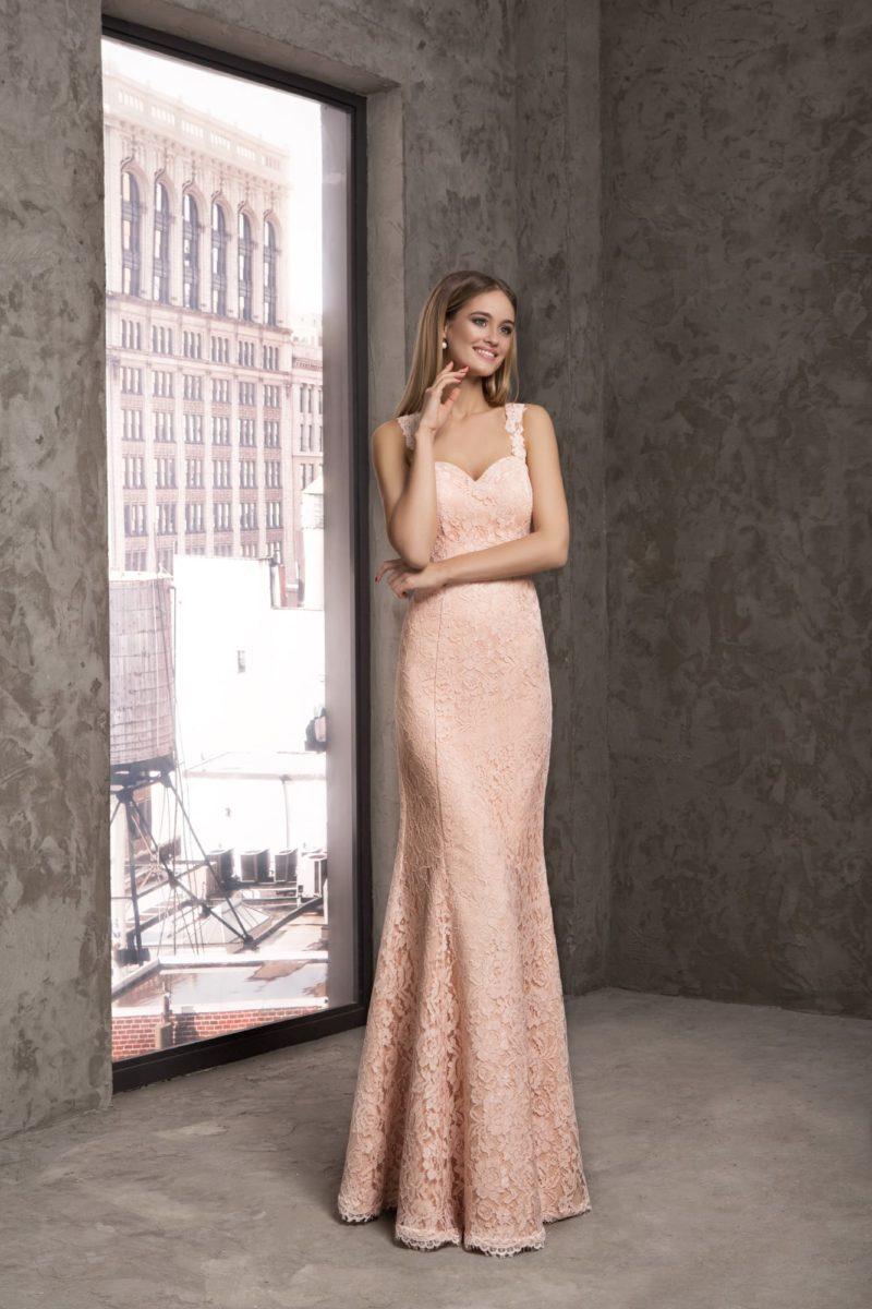 Вечернее платье кроя «рыбка» из персиковой ткани, покрытое кружевом в тон.