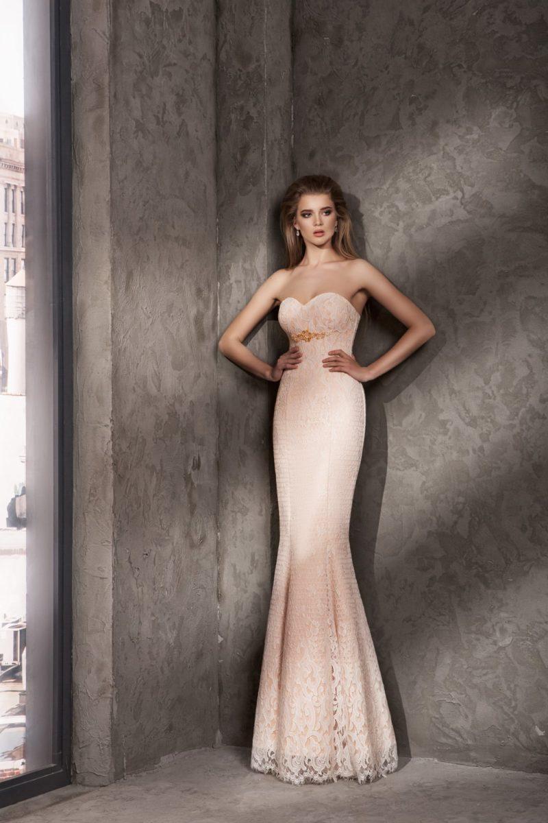 Кремовое вечернее платье с декольте в форме сердца и вышивкой под лифом.