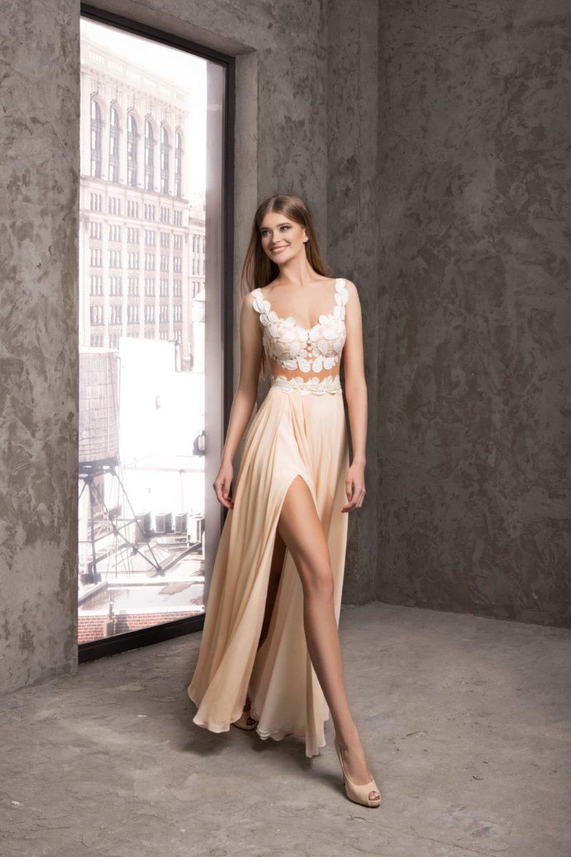 Кремовое вечернее платье со стильной юбкой с разрезом и аппликациями на лифе.