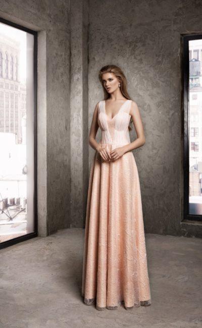 Фактурное вечернее платье персикового цвета с тонкими драпировками на лифе.