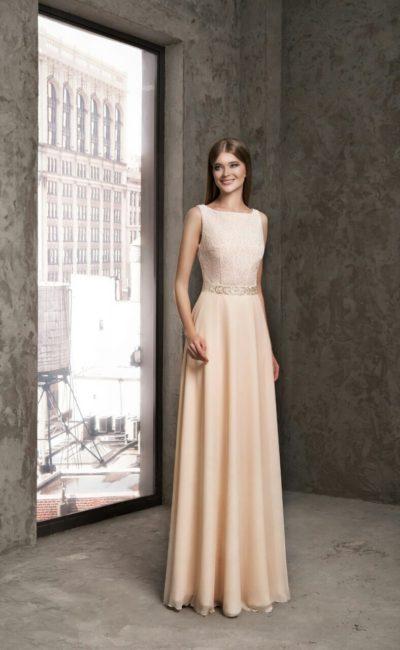 Кремовое вечернее платье с лаконичной прямой юбкой и закрытым кружевным лифом.
