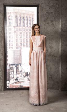 Необычное вечернее платье розового цвета, декорированное плотным кружевом.