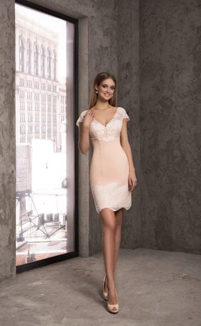 Короткое вечернее платье пудрового оттенка с кружевом на рукавах и подоле.
