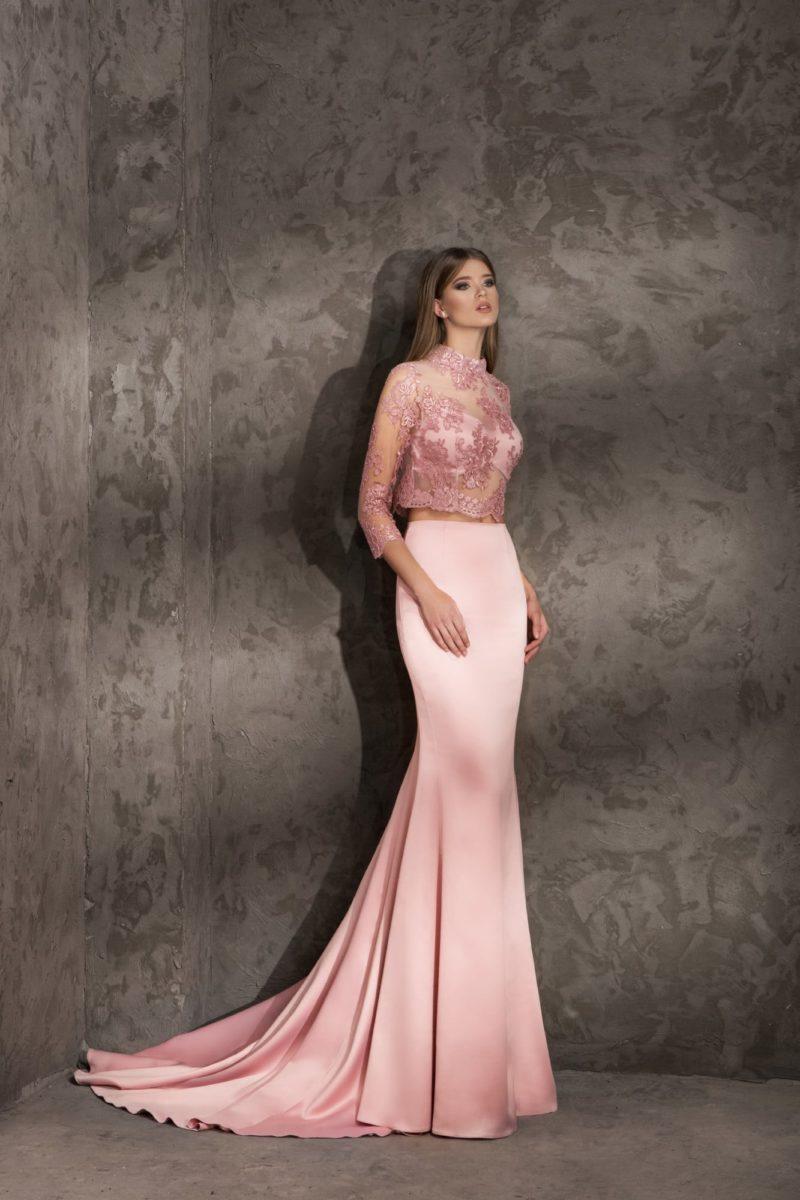 Изысканное вечернее платье розового цвета с полупрозрачным болеро с рукавом.