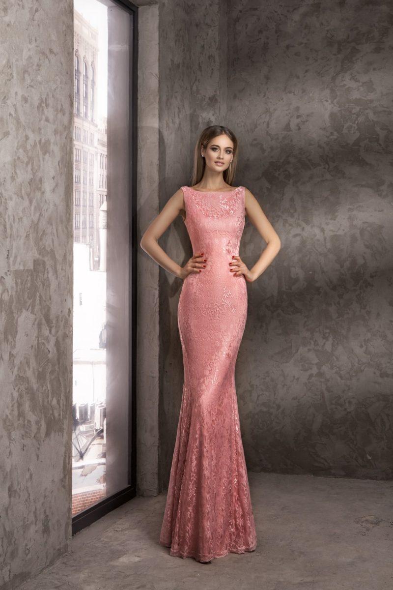 Облегающее вечернее платье розового цвета с глянцевым кружевом в тон.