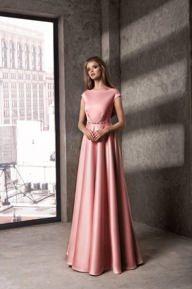 Атласное розовое вечернее платье с длинной юбкой и коротким прямым рукавом.
