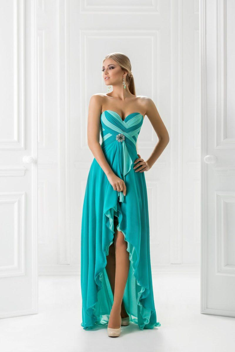 Вечернее платье в голубых тонах, покрытое романтичными оборками.