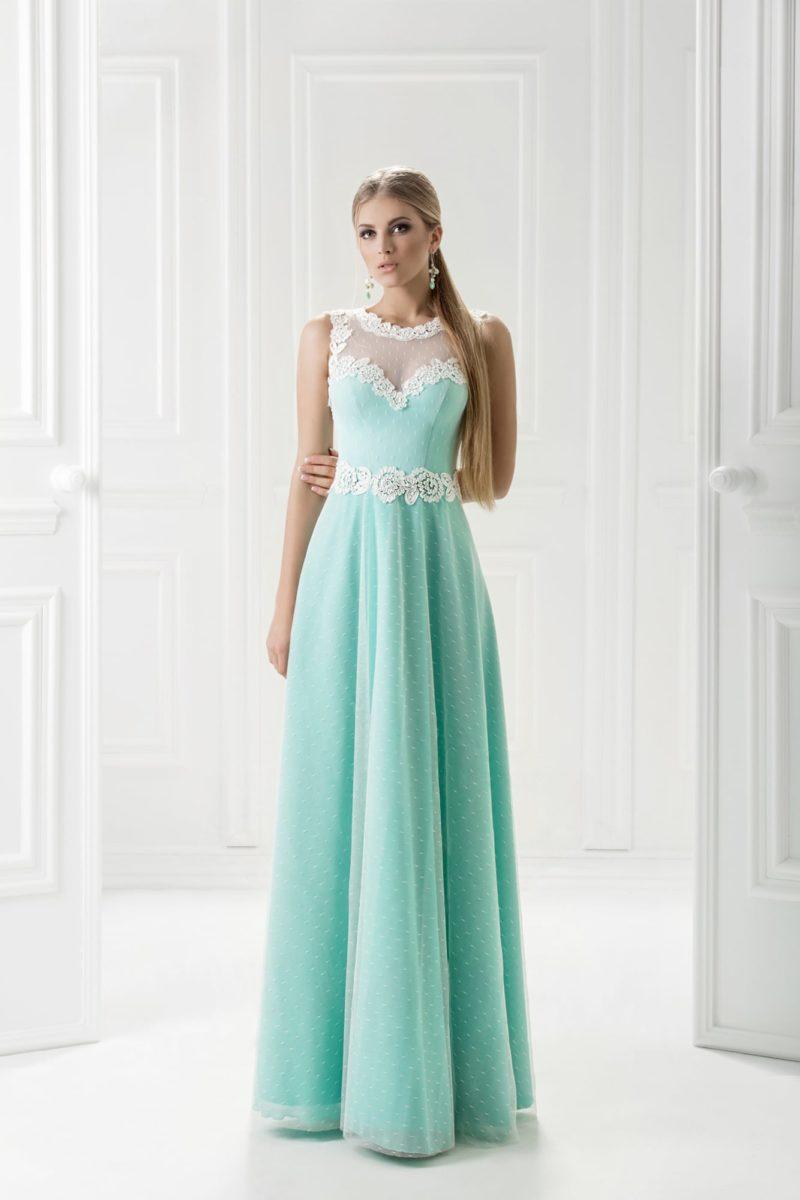 Голубое вечернее платье с юбкой в мелкий горошек и кружевным декором верха.