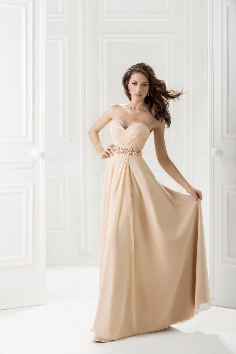 Вечернее платье теплого кремового оттенка с деликатным лифом-сердечком.