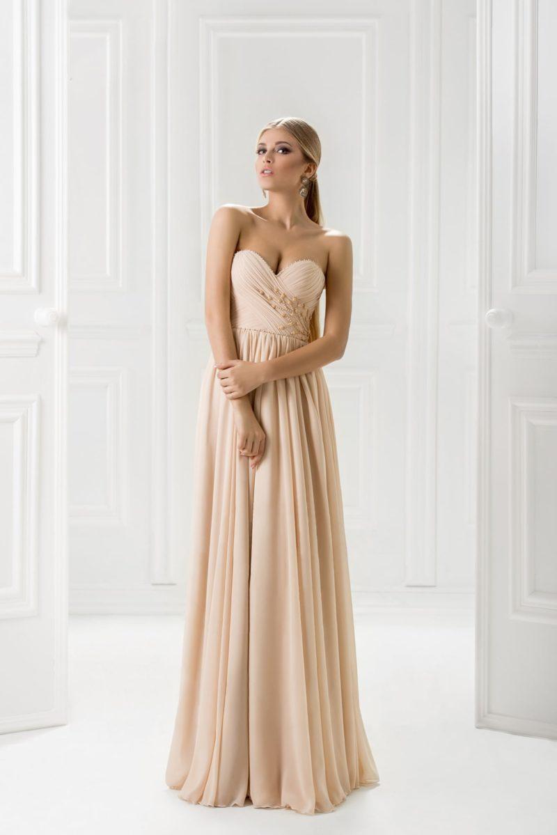 Бежевое вечернее платье с романтичной шифоновой юбкой прямого кроя.