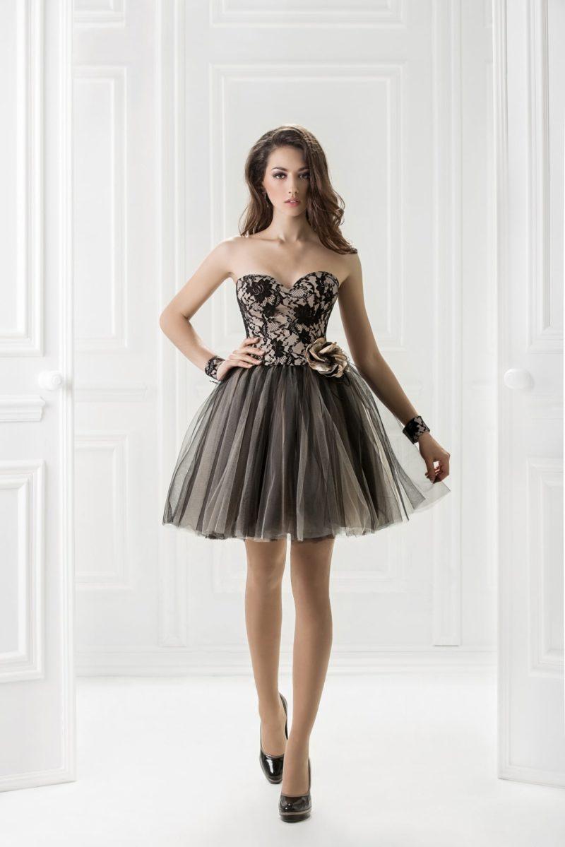Короткое вечернее платье с юбкой из темного тюльмарина и открытым корсетом.