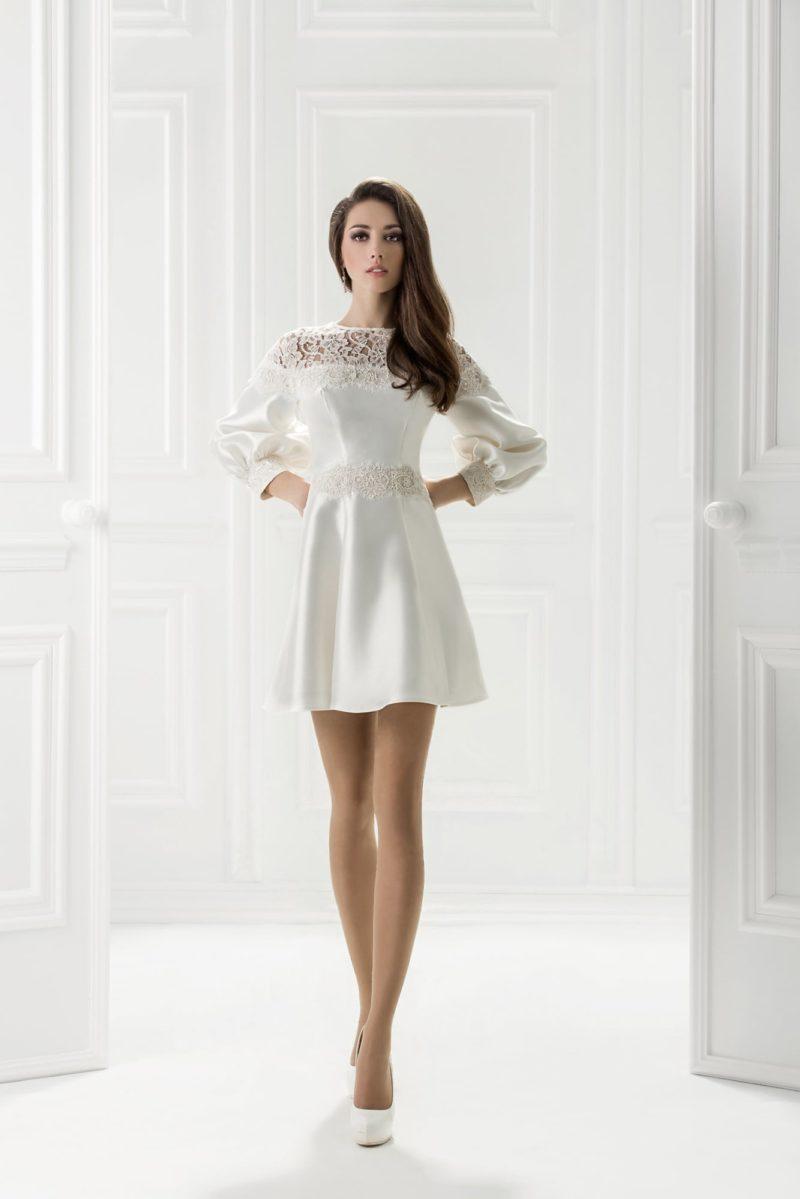 Белое вечернее платье из глянцевой ткани с длинным широким рукавом.