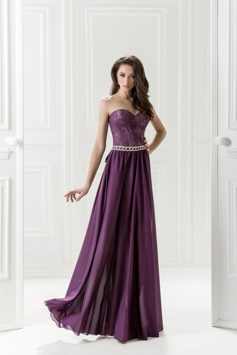 Фиолетовое вечернее платье с длинной атласной юбкой и открытым лифом.