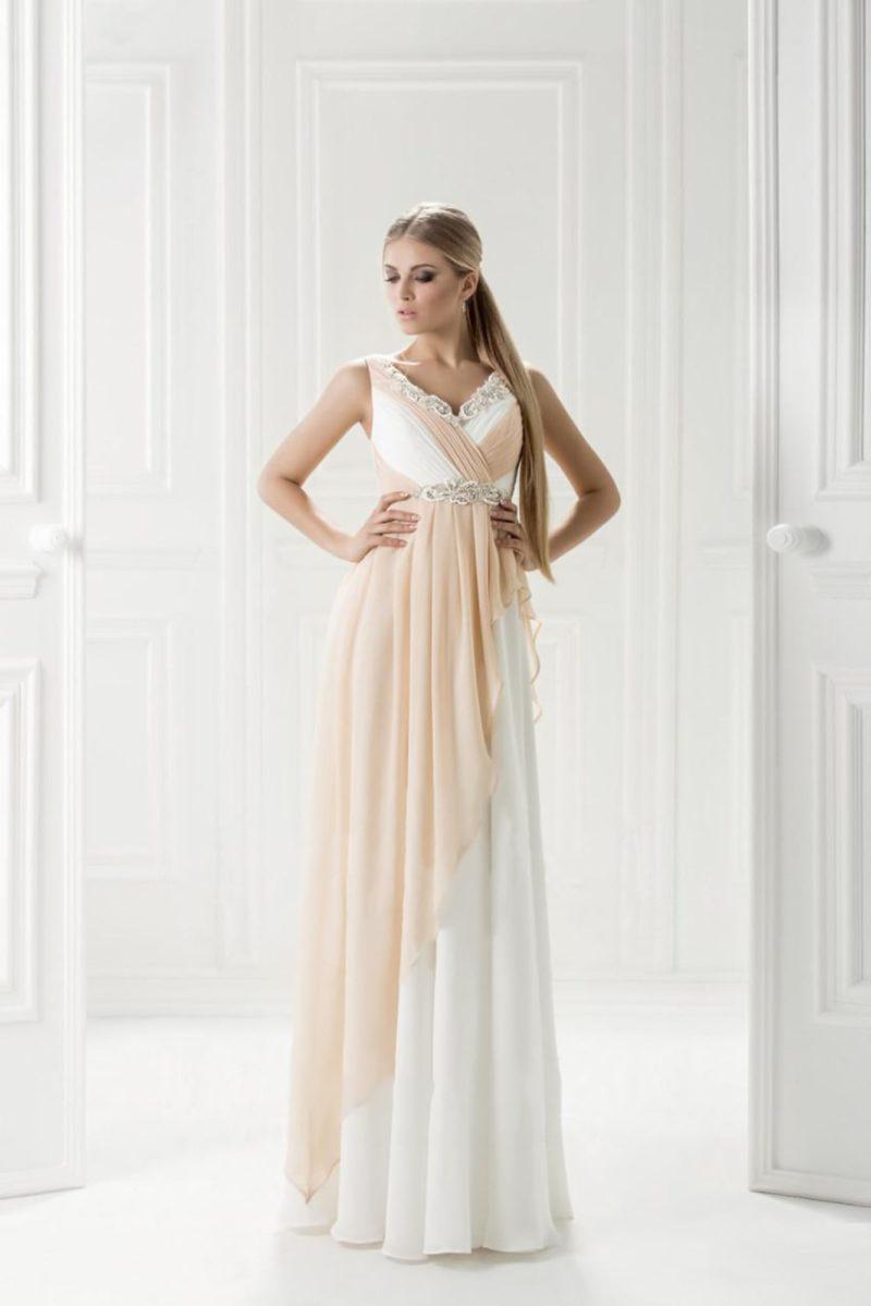 Белое вечернее платье с отделкой кремовой шифоновой тканью и прямой юбкой.