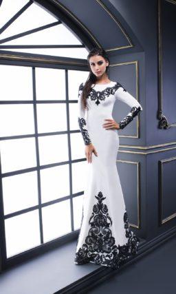Белое вечернее платье с длинным рукавом и контрастным черным декором.