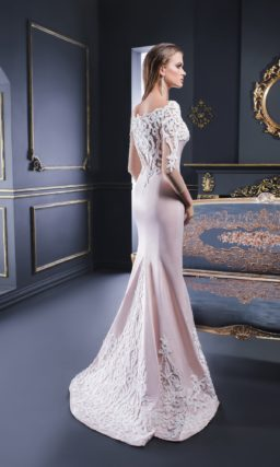 Розовое вечернее платье облегающего кроя, декорированное фактурными аппликациями.