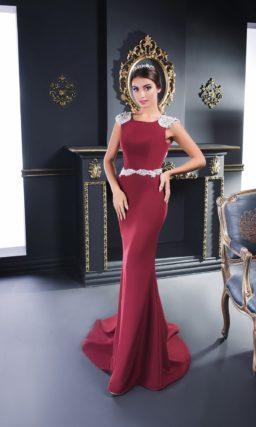 Бордовое вечернее платье из атласной ткани с серебристой вышивкой на плечах.